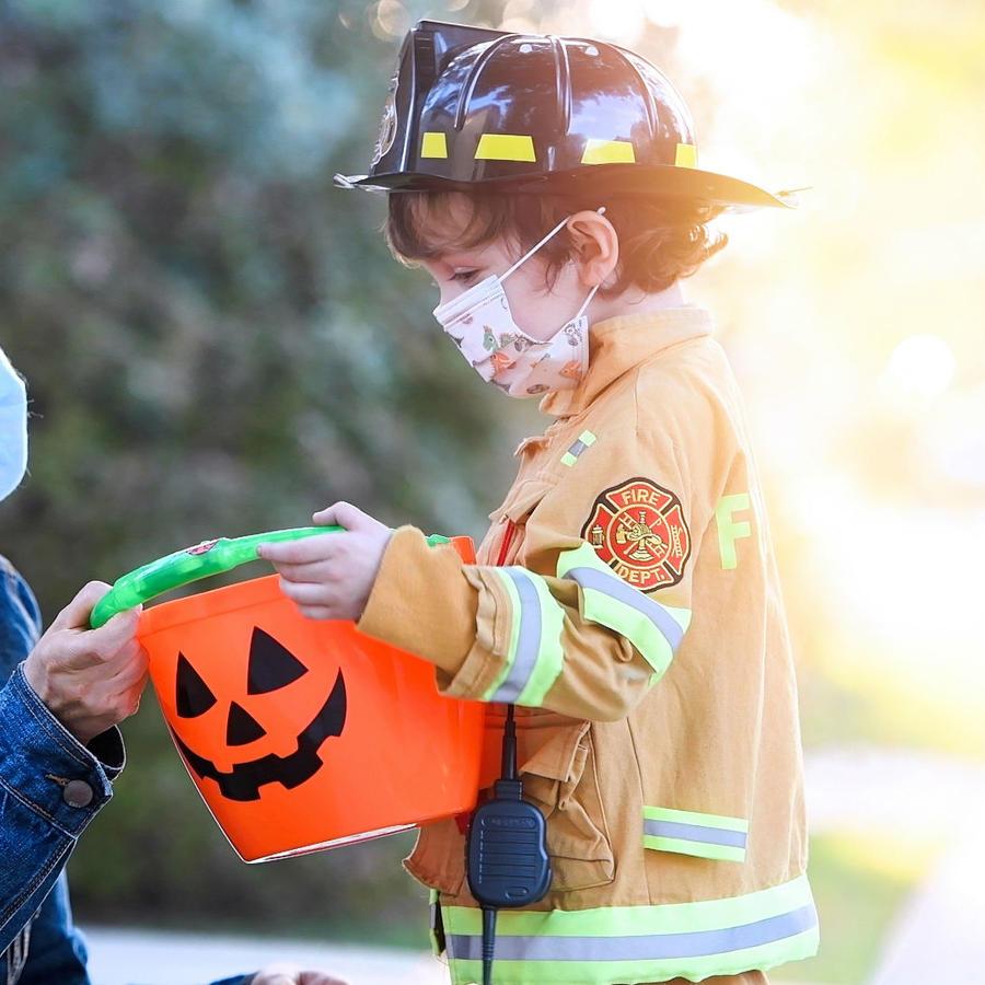 Niño recibiendo un dulce en Halloween