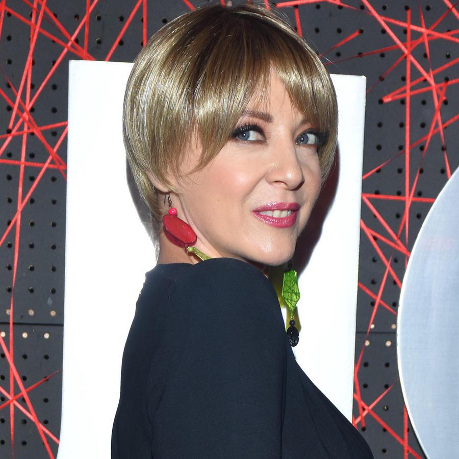 Edith González en un evento de la revista Quien en 2018 al lado de una foto de Lorena Rojas en 2008