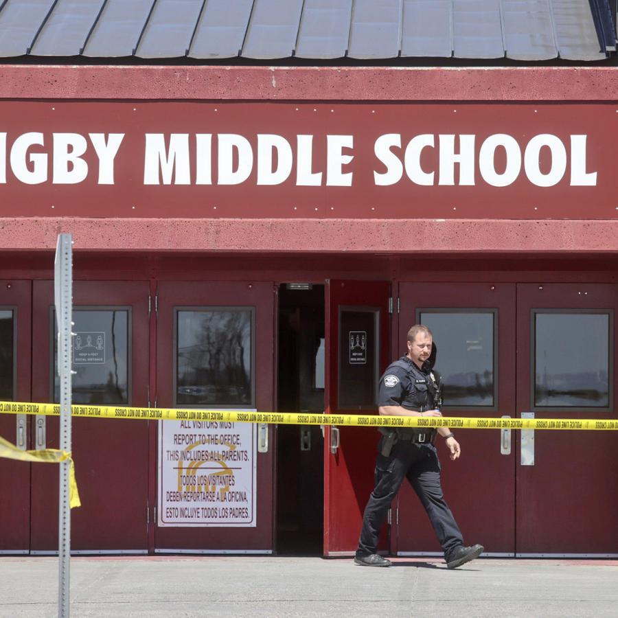 Un agente de policía camina fuera de la escuela secundaria Rigby luego de un tiroteo en el lugar, el jueves 6 de mayo de 2021, en Rigby, Idaho.
