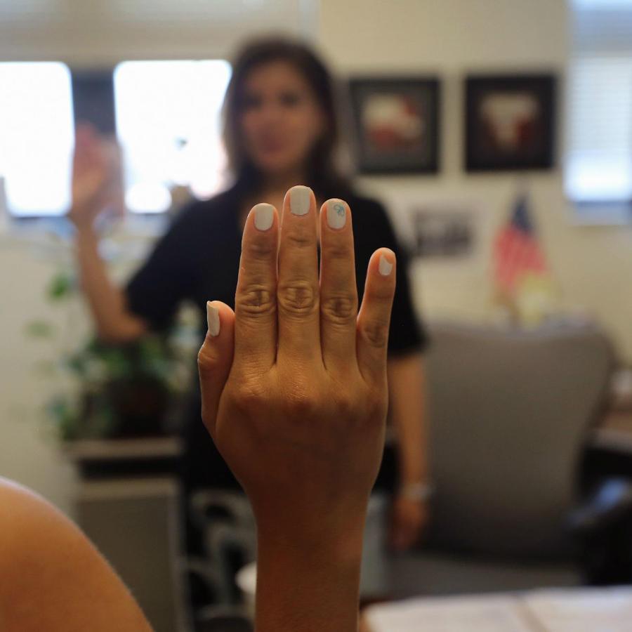 Mujer realizando el examen de ciudadanía en Estados Unidos