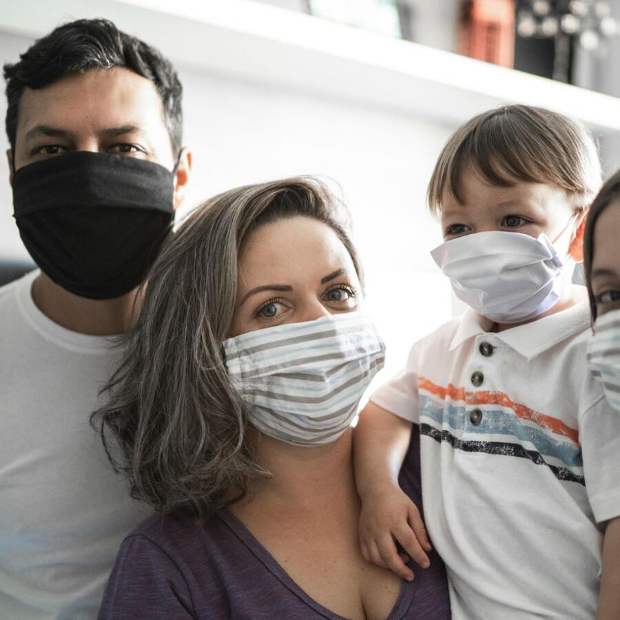 Familia usando mascarilla protectora