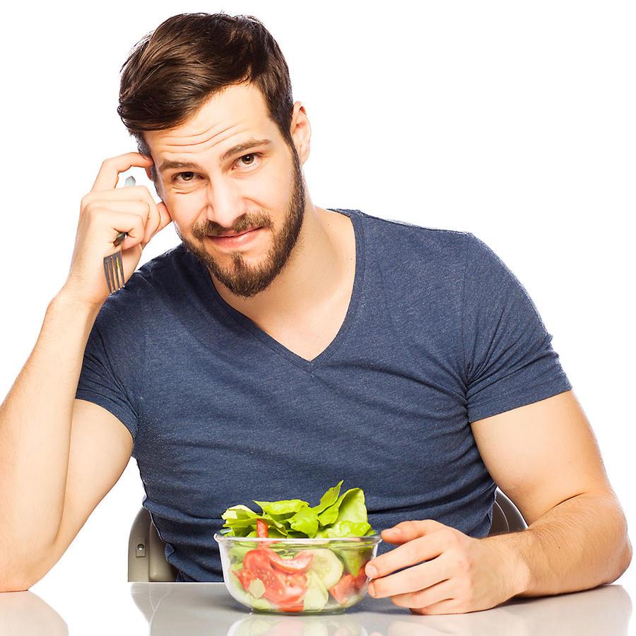 Hombre comiendo vegetales
