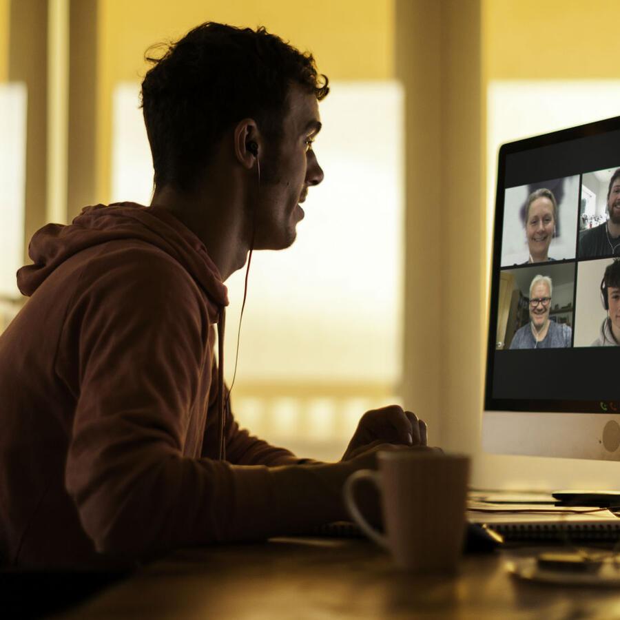 Hombre realizando videollamada con su familia