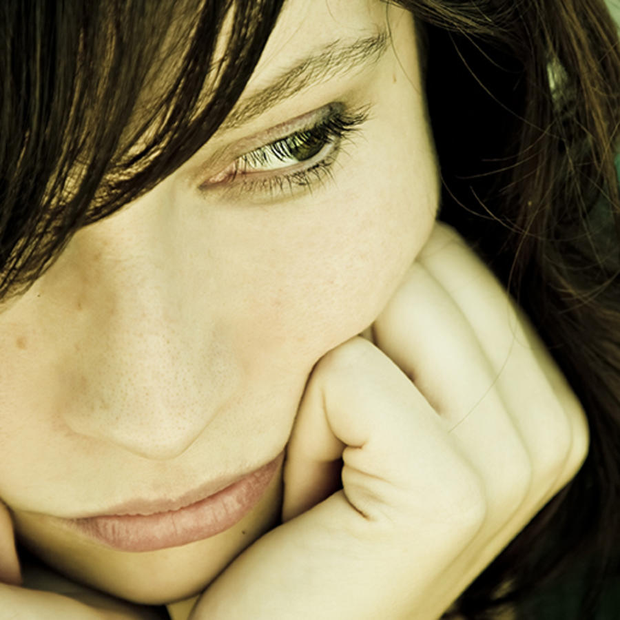 mujer triste mirando para abajo