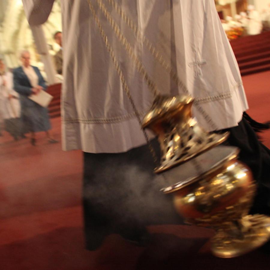 Sacerdote en plena misa
