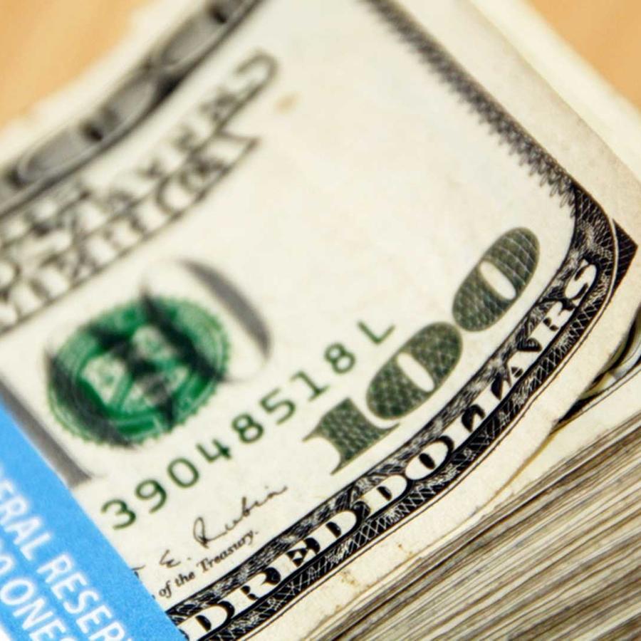 Fajo de billetes de cien dólares