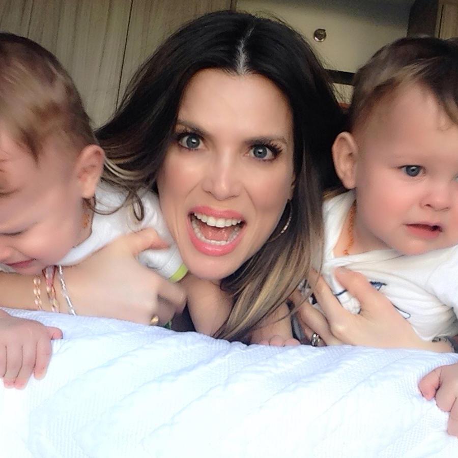 maritza rodriguez con gemelos en la cama llorando