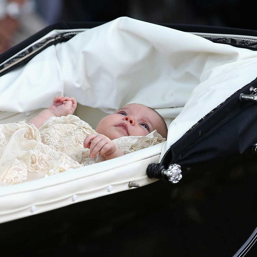 La princesa Carlota en su cochecito en el día de su bautizo