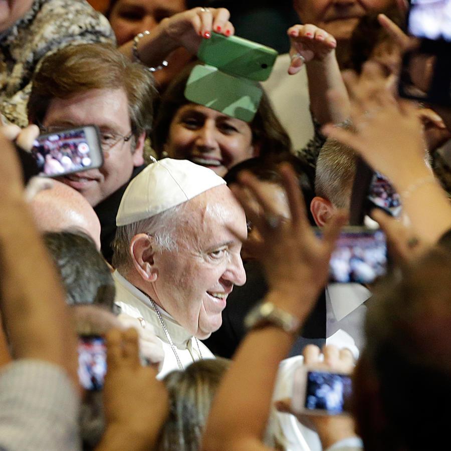 El papa Francisco es rodeado por la gente que le toma fotografías en Asunción, Paraguay en julio del 2015