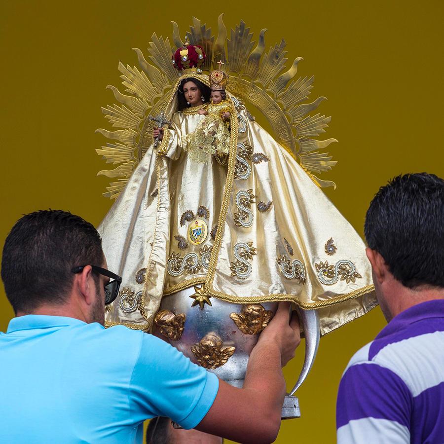 Varios trabajadores colocan una estatua de la Virgen de la Caridad durante los preparativos del altar en el que el papa Francisco celebrará una misa, en la Plaza de la Revolución, en La Habana, en Cuba, el jueves 17 de septiembre de 2015.