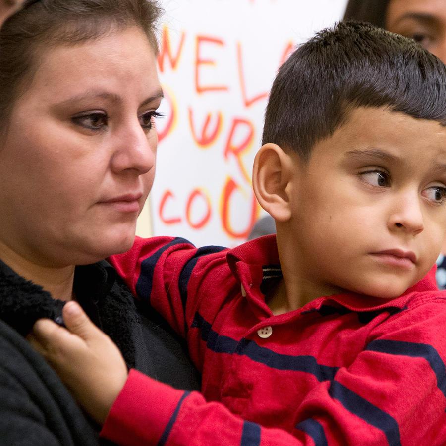 mama e hijo inmigrantes