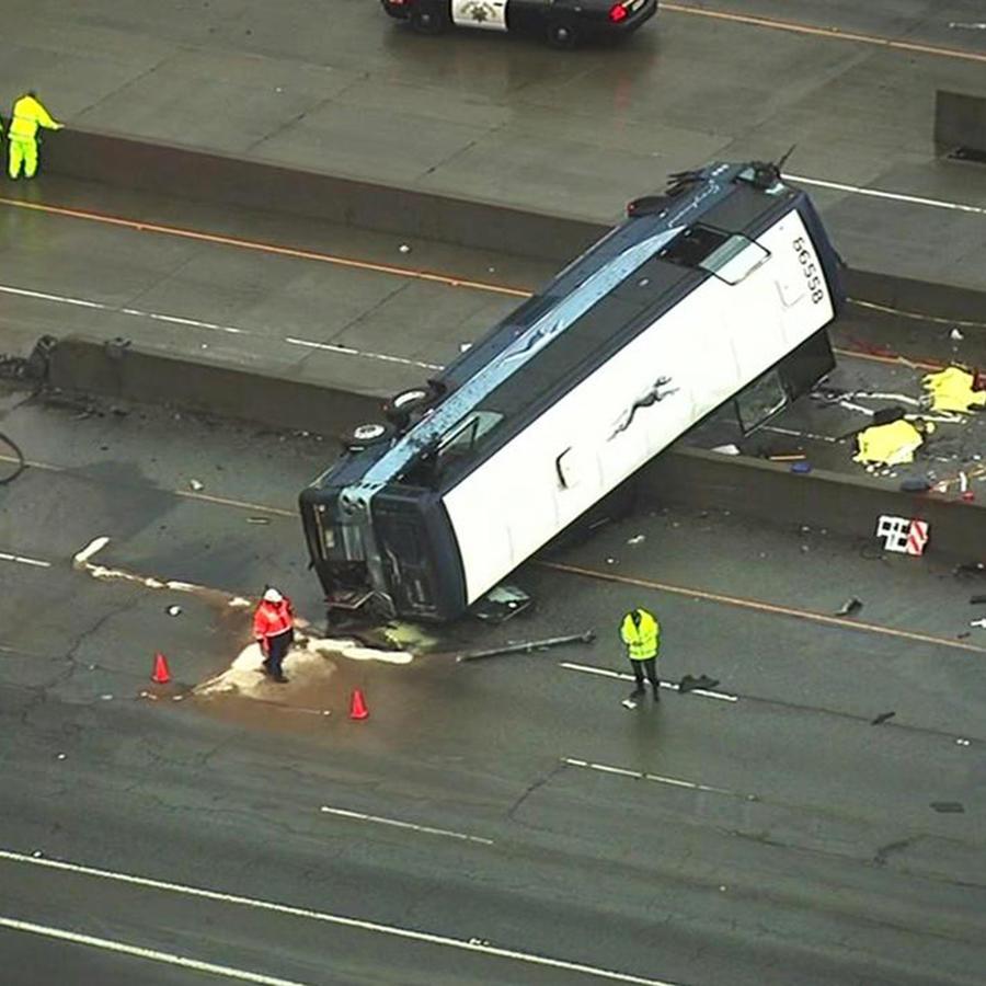 En esta imagen proveída por KGO-TV, socorristas trabajan en la escena de un accidente fatal de un autobús de pasajeros en el área de San José, California, el martes, 19 de enero del 2016. Dos personas murieron y más de una decena resultaron heridas, dijer