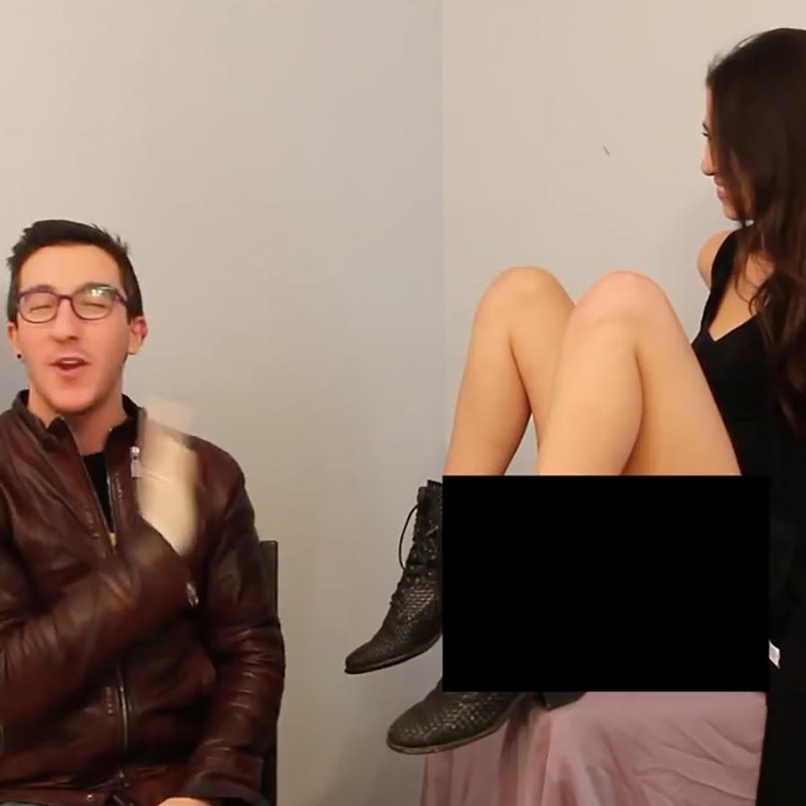 Hombre con anteojos viendo la vagina de una mujer