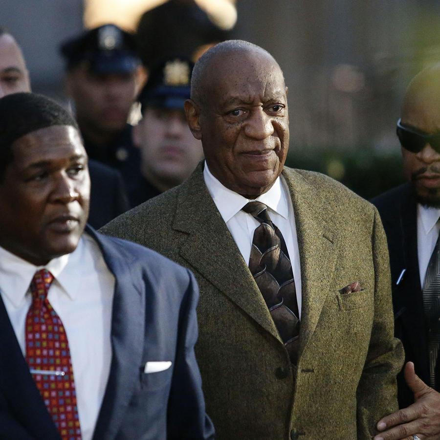 Bill Cosby saliendo de la corte de Montgomery