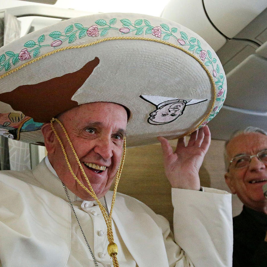 papa con sombrero de charro en avion