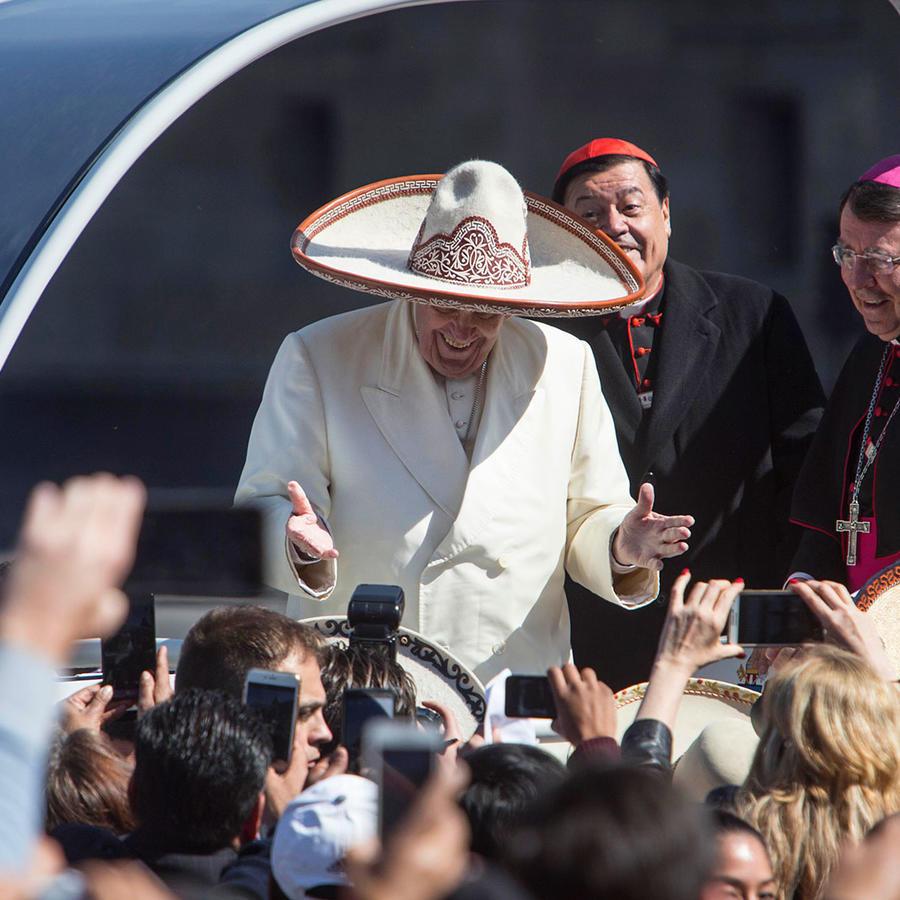 papa con sombrero de charro en las calle de ciudad de mexico