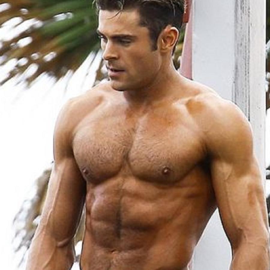 Zac Efron sin camiseta al aire libre
