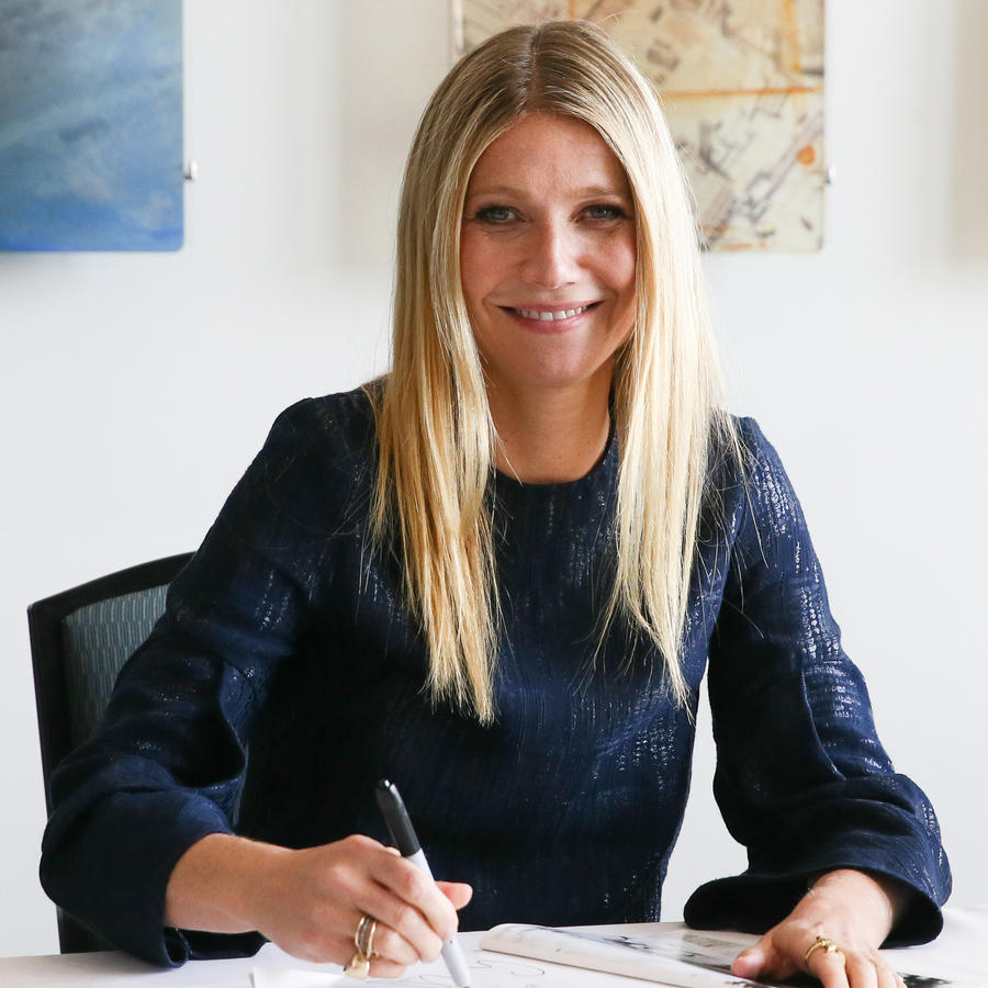 Gwyneth Paltrow firmando uno de los libros que ha publicado