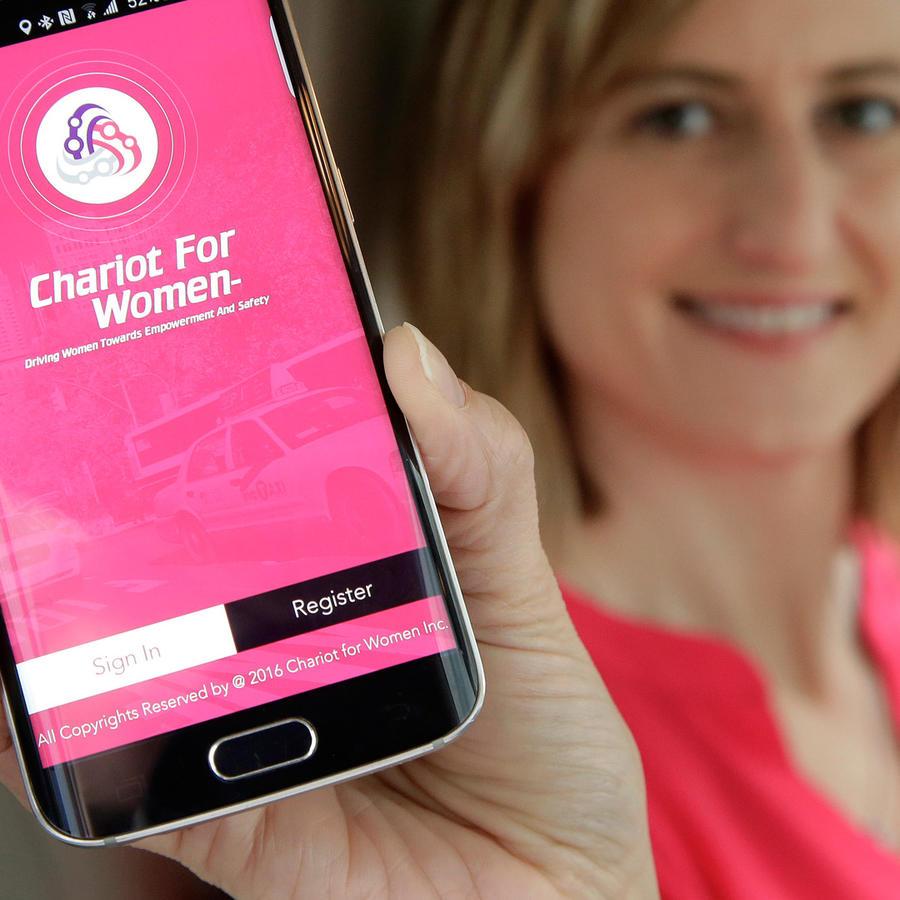 Mujer sosteniendo teléfono celular mostrando app