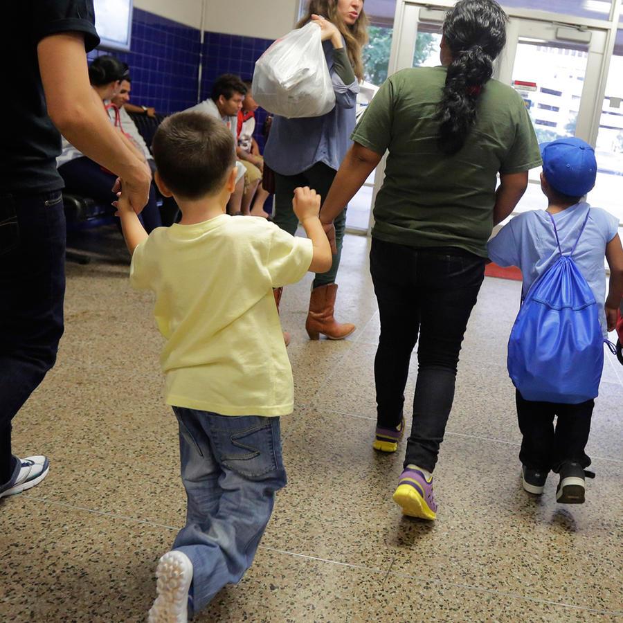 En esta imagen de archivo del 7 de julio de 2015, migrantes de El Salvador que entraron en el país sin permiso de residencia caminan hacia un autobús tras recibir autorización para salir de un centro de detención familiar en San Antonio, Texas