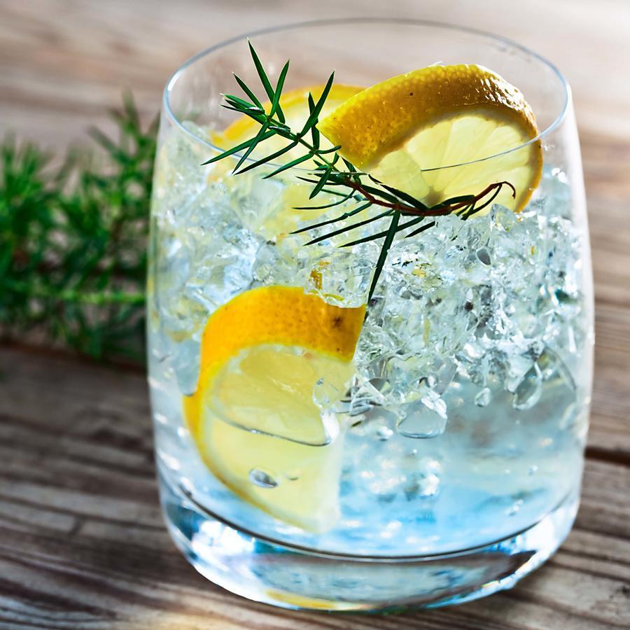 Vaso de gin tonic con limones