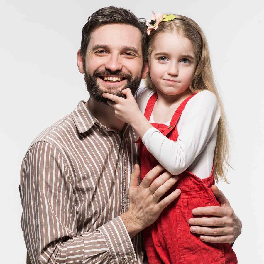 Padre e hija posan a la vez que ella le pellizca la barba a él