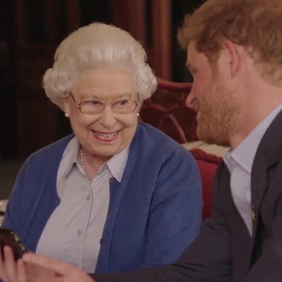 reina elizabeth con el principe harry