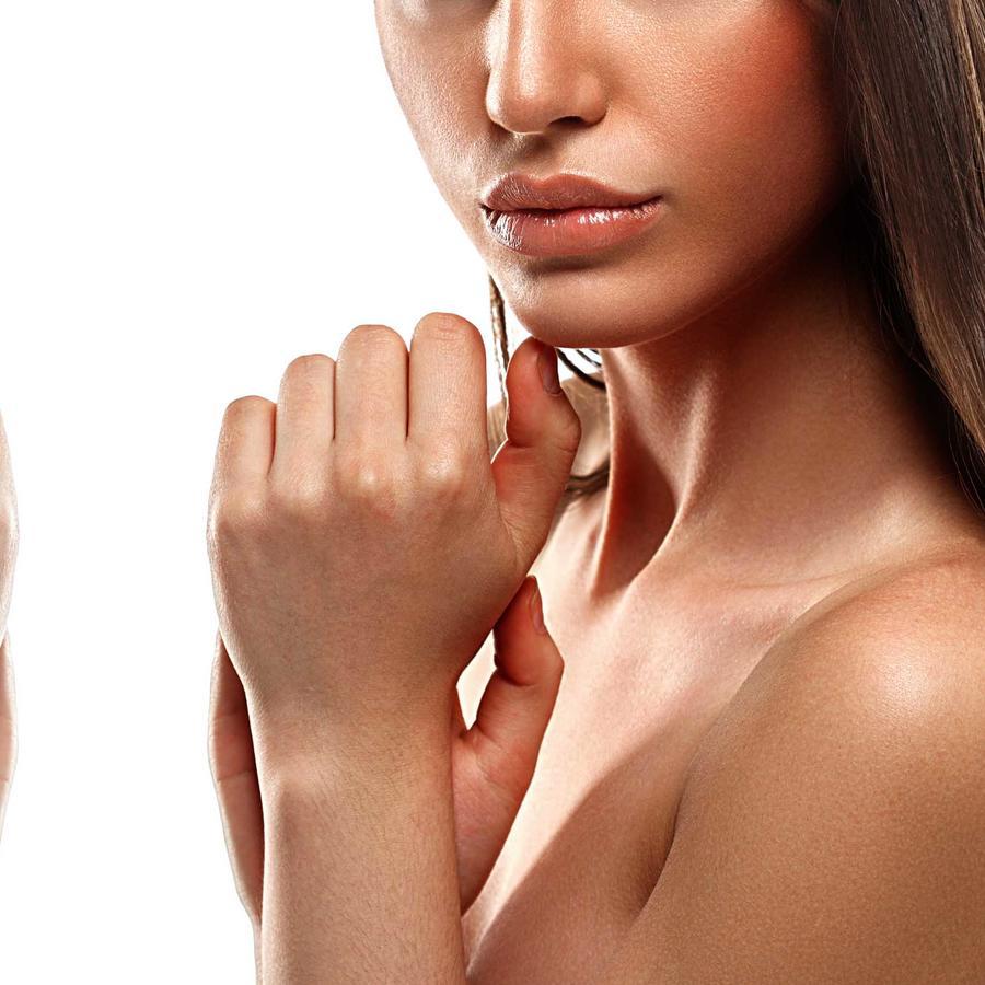 Mujer posa antes y después de bronceado en spray