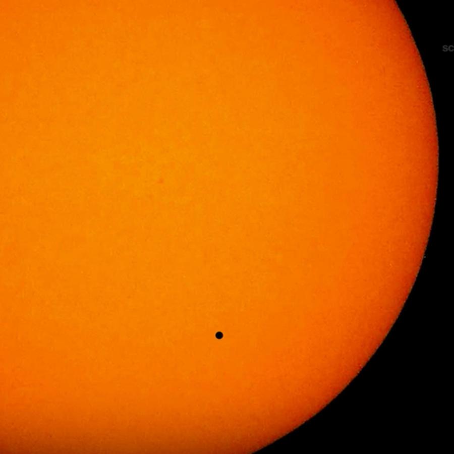 Toma de pantalla de video de NASA en el que explica a qué hora y cómo ver el planeta Mercurio pasando frente al sol