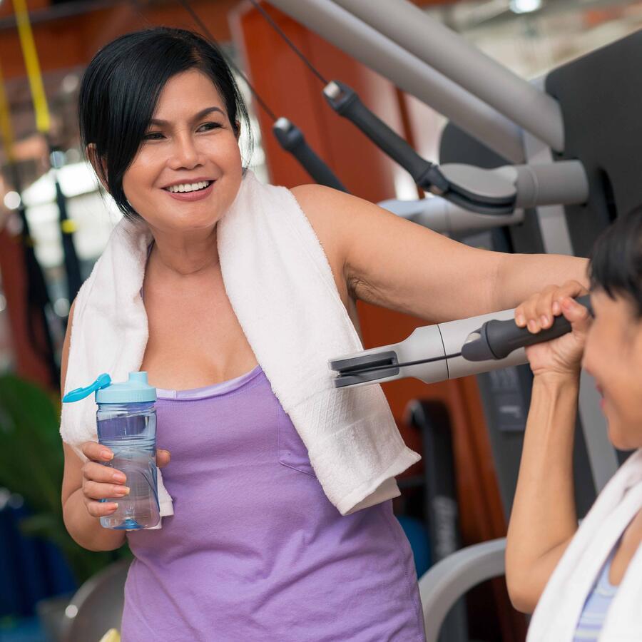 Mujeres conversando en el gimnasio