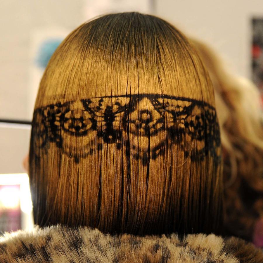 Modelo con diseño de hair stencil durante el desfile de Betsey Johnson en NYFW 2011