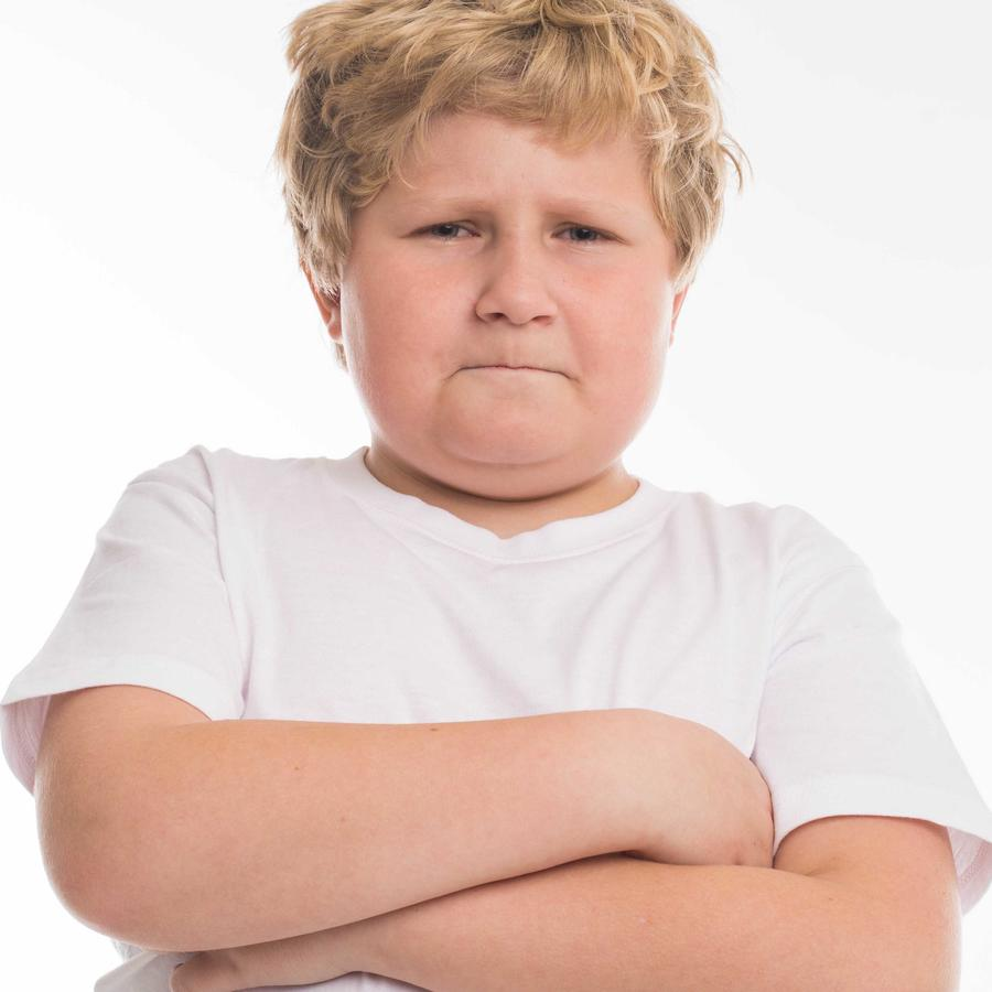 Niño de brazos cruzados y enojado