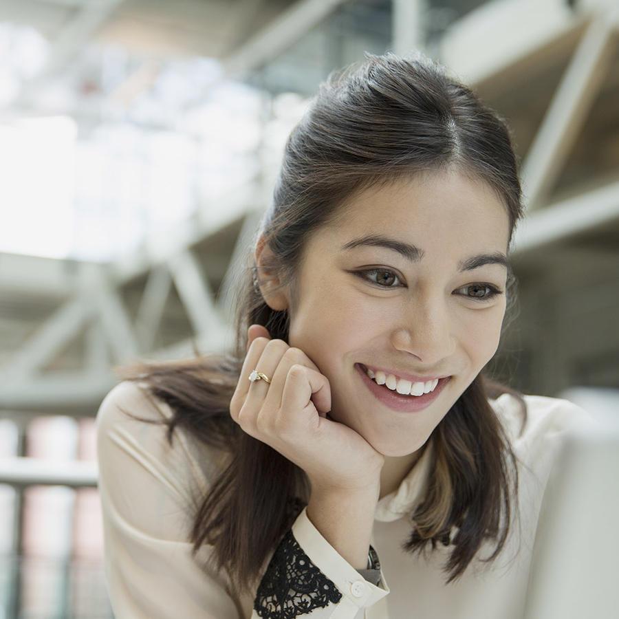 Mujer joven frente a la computadora