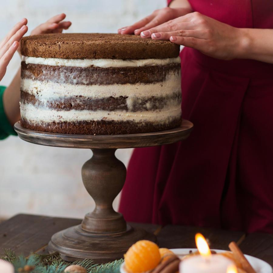 Manos decorando torta