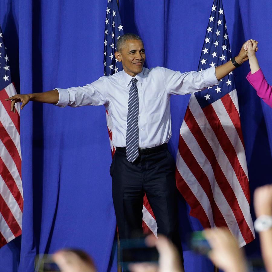El presidente Barack Obama y la precandidata demócrata a la presidencia Hillary Clinton saludan a la multitud durante un acto de campaña en Charlotte, North Carolina, el martes 5 de julio de 2016.