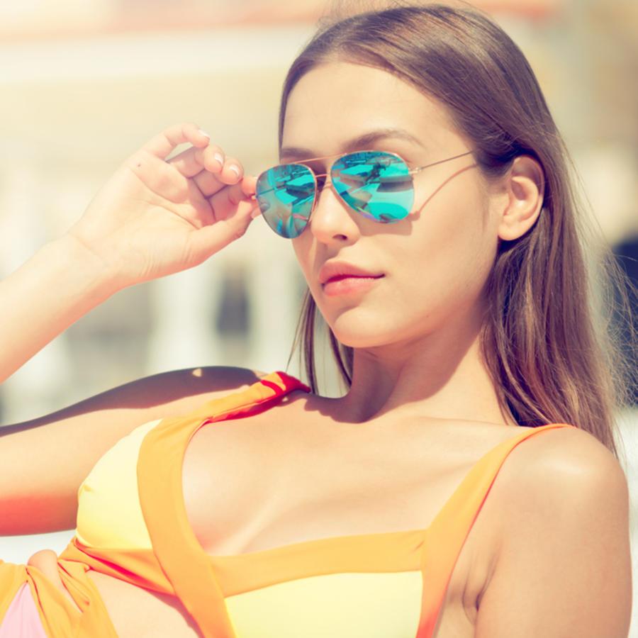 Mujer en la playa con gafas de sol