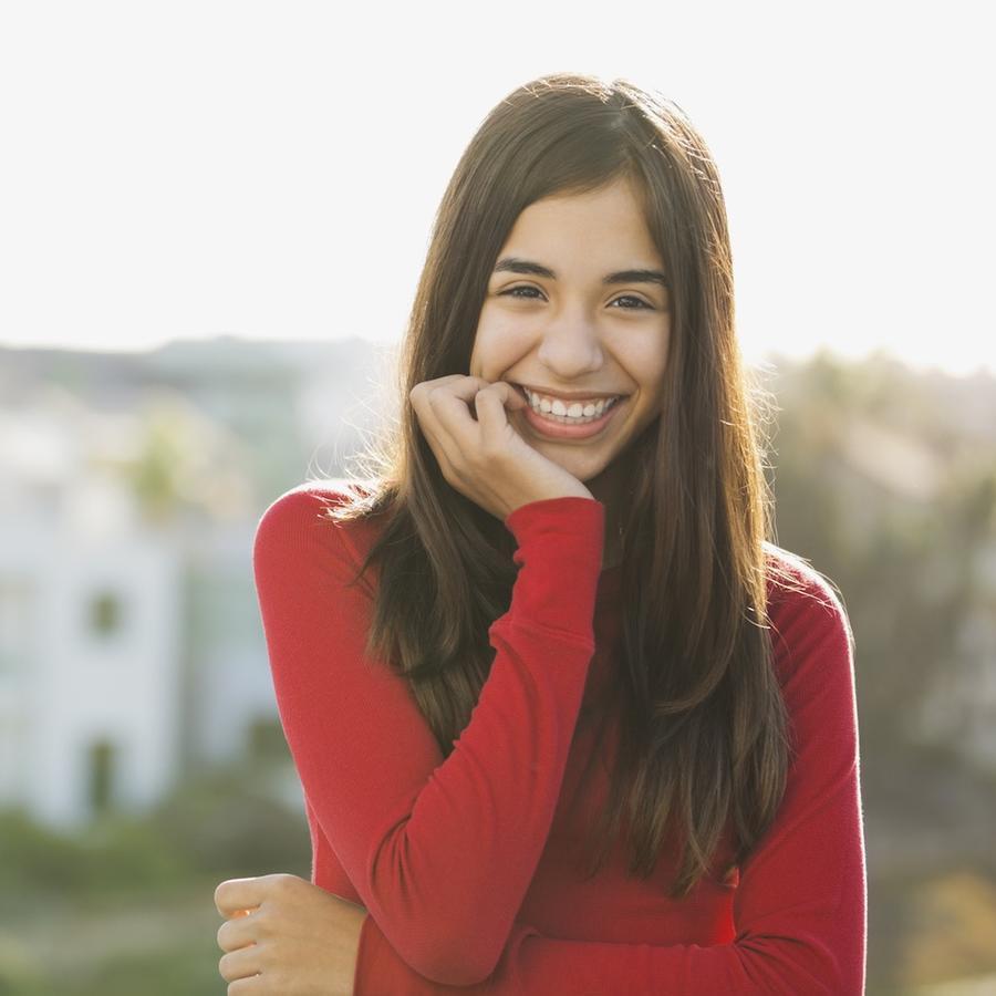 Niña latina sonriendo
