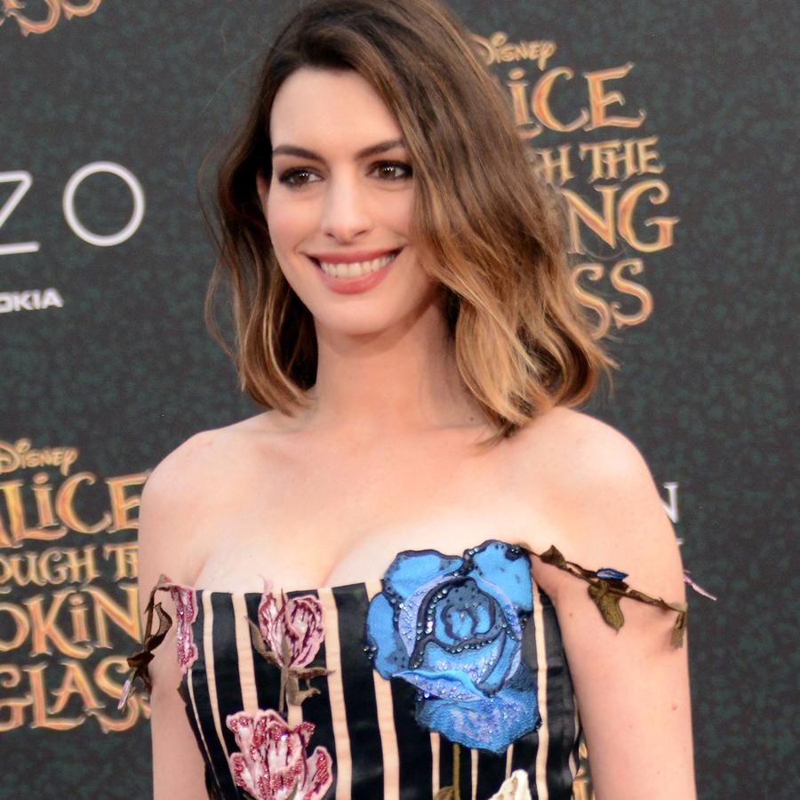 "Anne Hathaway en la premiere de ""Alice Through The Looking Glass"""