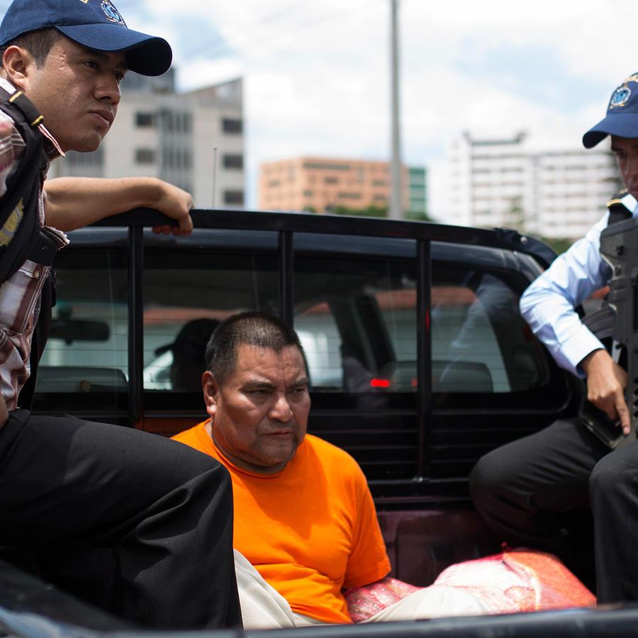 Santos López Alonzo is escoltado por agentes de Interpol después aterrizar en la base de la Fuerza Aérea en Ciudad de Guatemala el miércoles 10 de agosto de 2016.