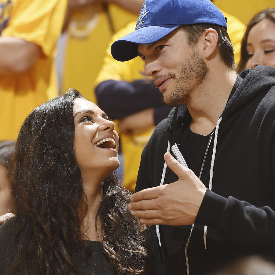 Ashton Kutcher y Mila Kunis en los 2016 NBA finals