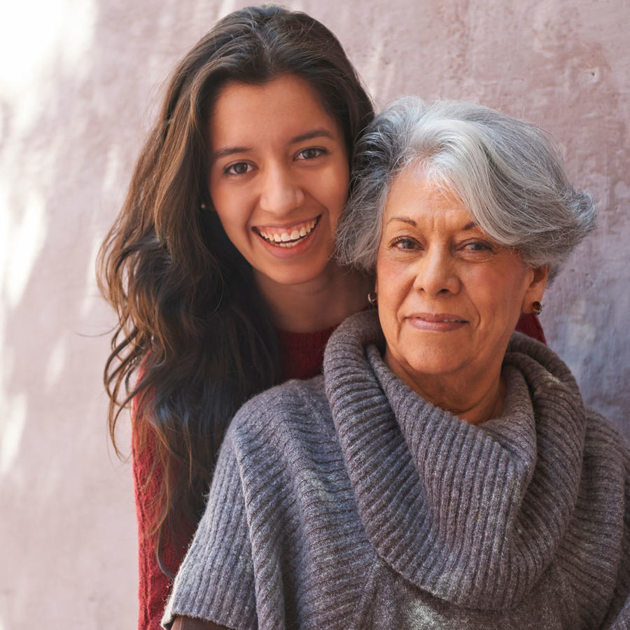 Mujer latina sonriente con su abuela