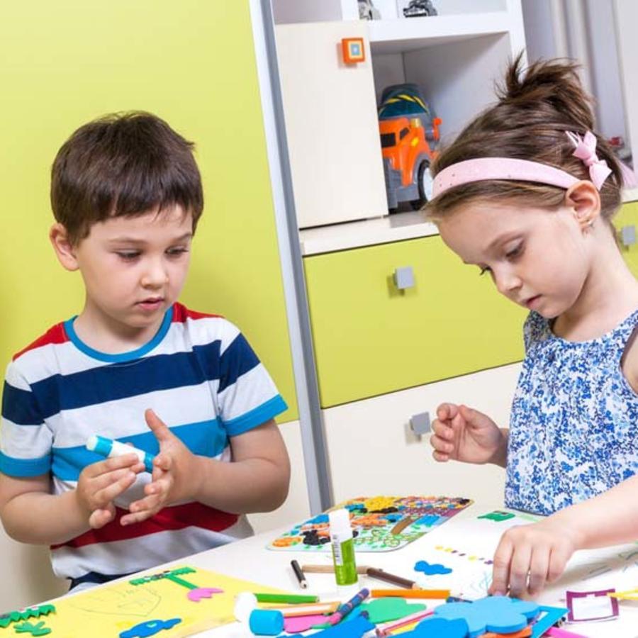Niños haciendo manualidades