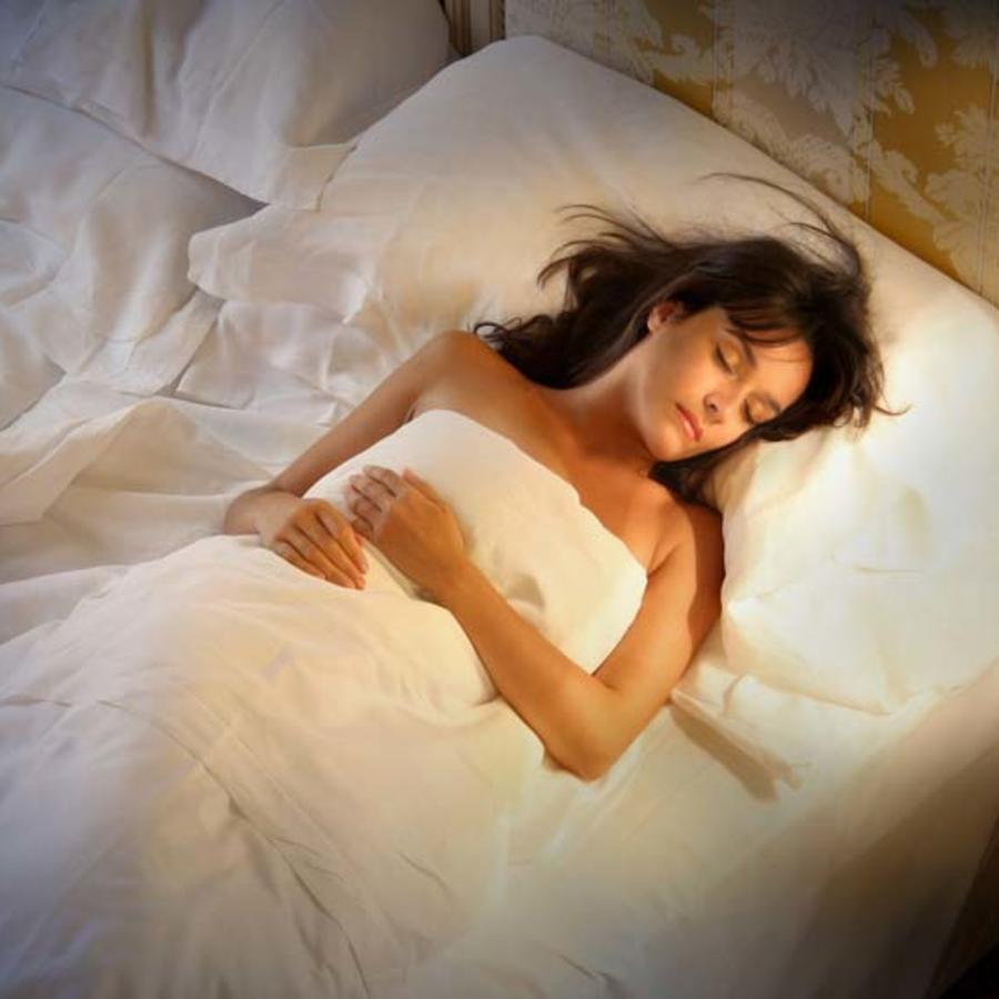 Mujer acostada en la cama durmiendo