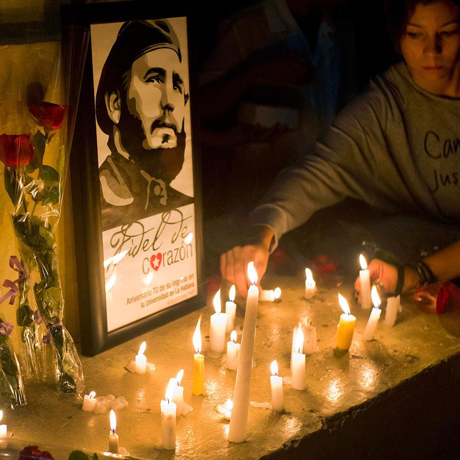 Los estudiantes colocan velas alrededor de una imagen del fallecido líder cubano Fidel Castro en la universidad donde Castro estudió Derecho cuando era joven durante una vigilia en La Habana, el sábado 26 de noviembre de 2016.