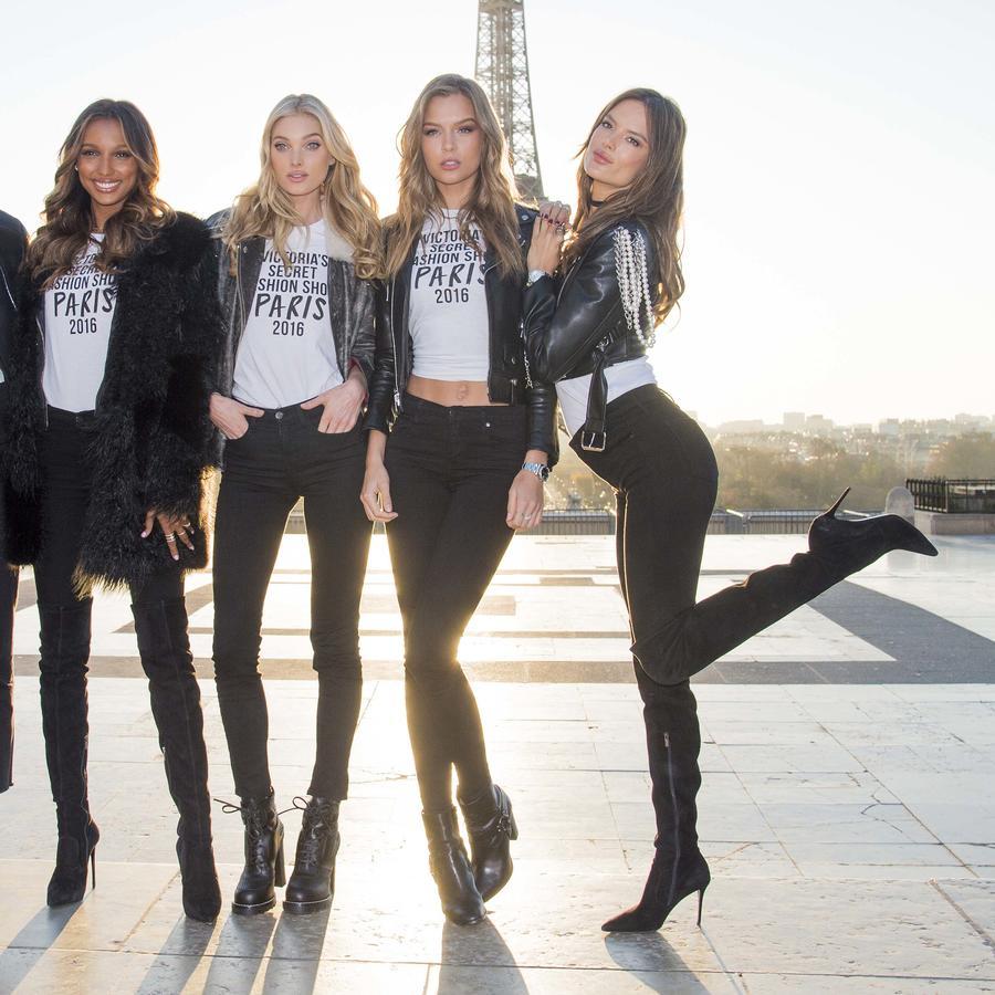 Modelos de Victoria's Secret posan en la Torre Eiffel