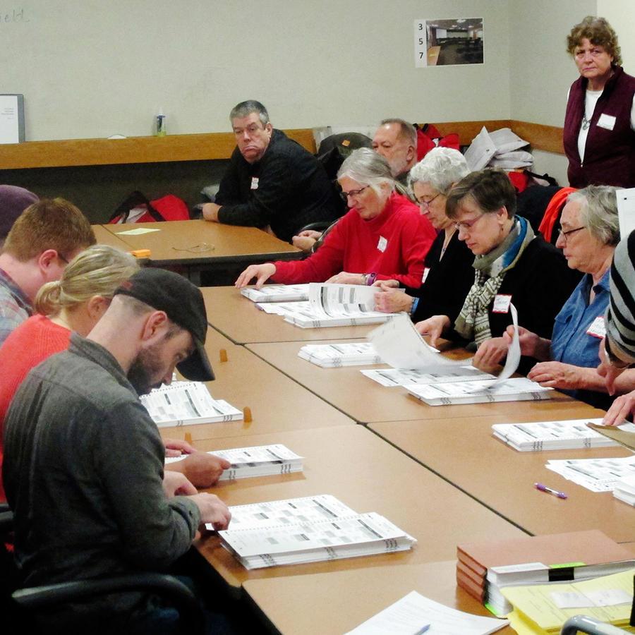 Trabajadores recuentan los votos estatales emitidos durante las elecciones presidenciales, el jueves 1 de diciembre de 2016, en Madison, Wisconsin.