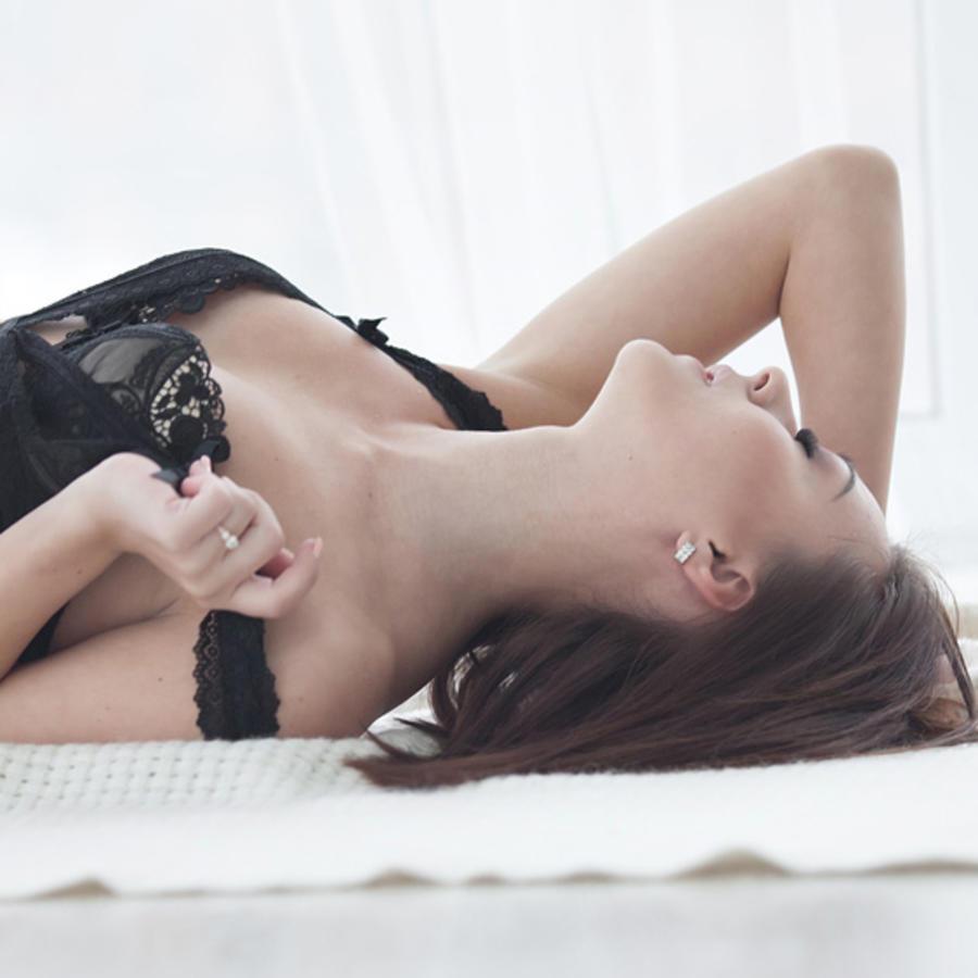 Mujer teniendo orgasmo en la cama
