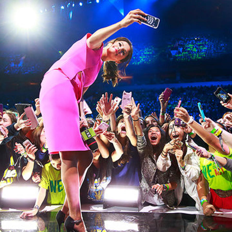 Selena Gomez haciendo selfie con audiencia