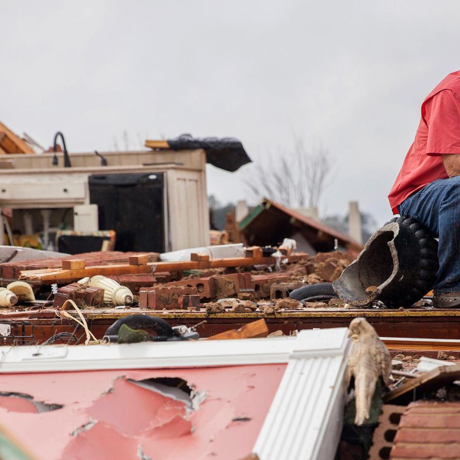 Jeff Bullard toma un descanso entre los escombros de lo que fue su casa en Adel, Georgia.