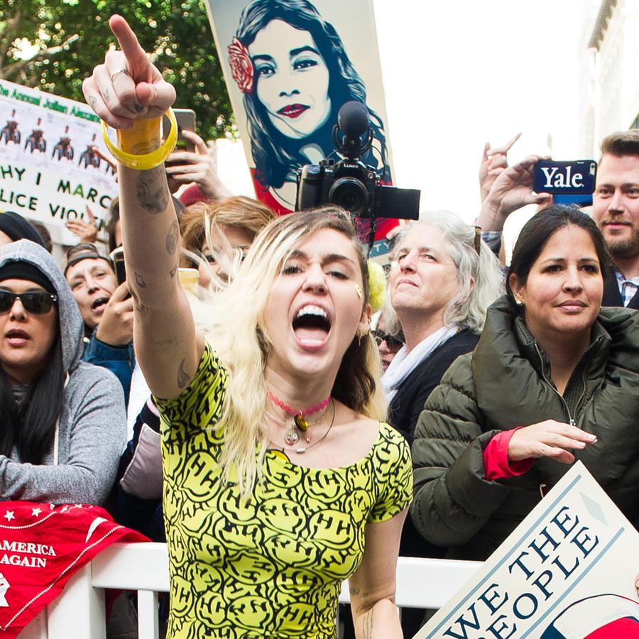 Miley Cyrus atiende al women's march en Los Angeles